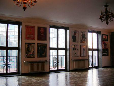 ホールの横のポスター.jpg